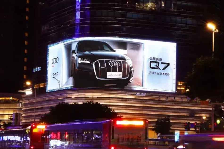 Outdoor-LED-screen-advertising-for-Audi-Q7