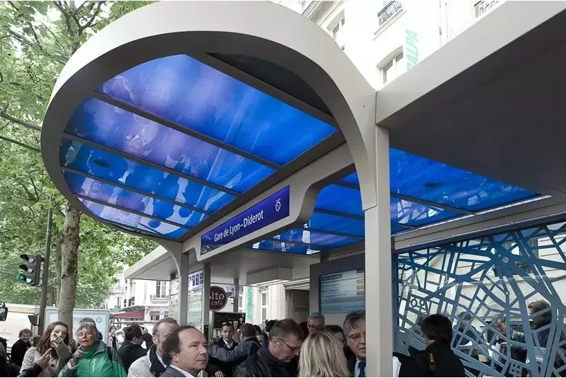bus shelter at Gard Lyon Station